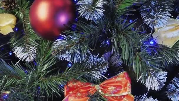 Vánoční stromek s třpytivými světly a barevnými cetkami