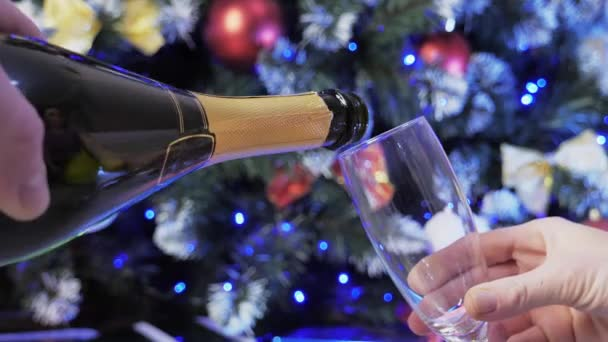 A pezsgő egy pohárba ömlik.