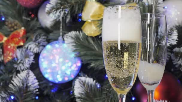 Karácsonyfa és két pohár pezsgő.
