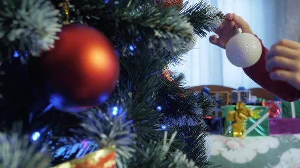 Dítě zdobí vánoční stromek