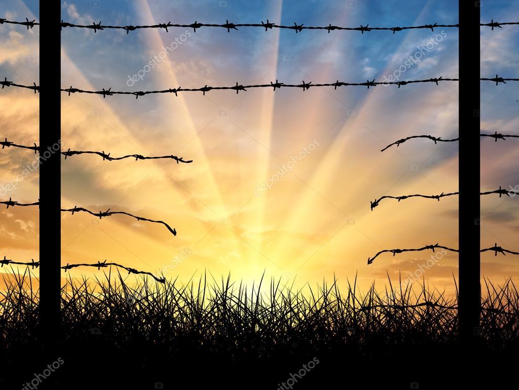 Silhouette einer gebrochenen Grenze Zaun mit Stacheldraht ...