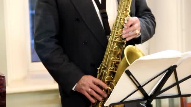 Zenész játszik szaxofon