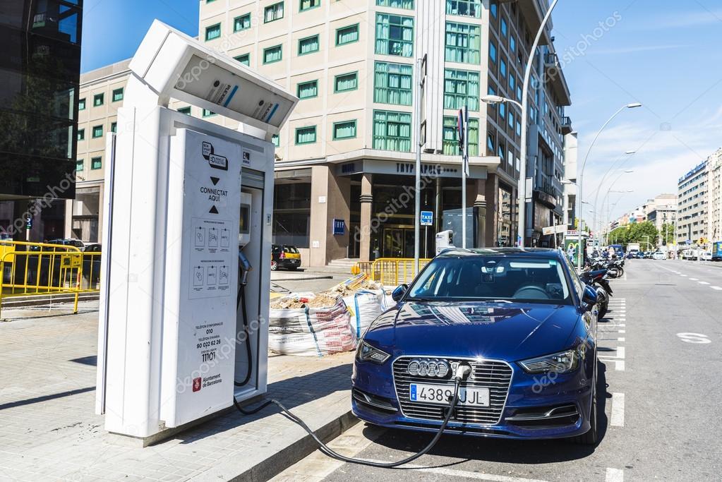 Elektrische Auto Opladen Accu Barcelona Redactionele Stockfoto