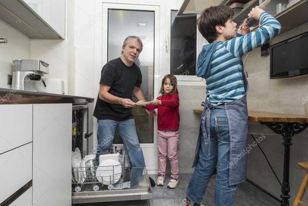 famille de vider le lave vaisselle photographie j2r. Black Bedroom Furniture Sets. Home Design Ideas