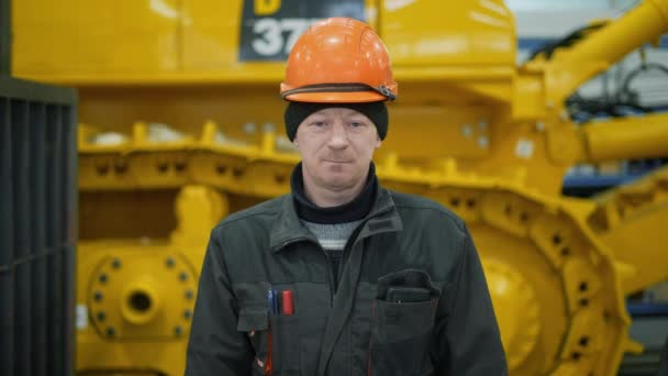 Der Mechaniker im Helm blickt gespannt in die Kamera. Nach ein paar Sekunden beginnt er zu lächeln.