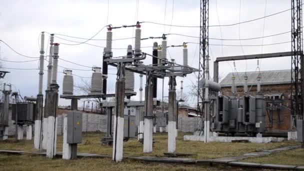 Strommasten mit Drähten an einem Kraftwerk