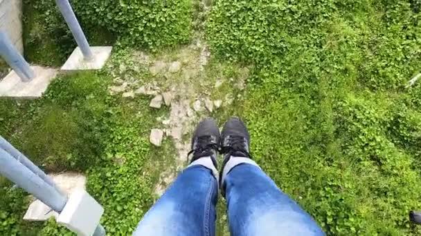 Mädchen fährt oder klettert mit Lift oder Seilbahn den Berg hinauf.