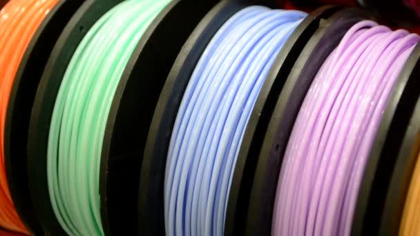 Vícebarevná vlákna z plastu pro potisk detailu 3D tiskárny