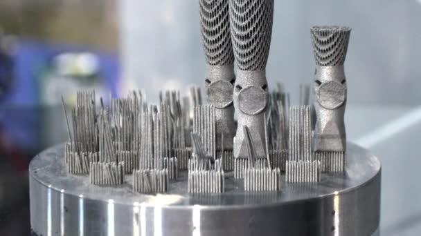 Model s podporou vytvořenou v laserovém slinovacím stroji.