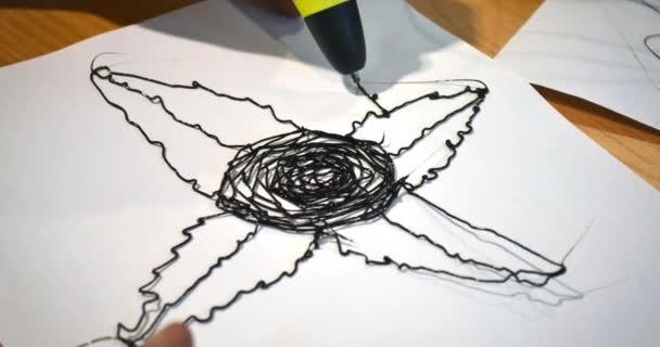 Man 3D toll rajzol egy virág fehér papíron közelkép