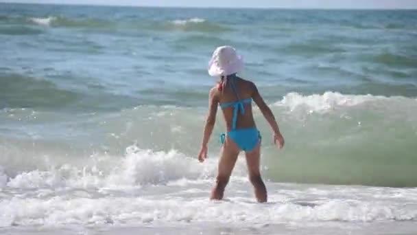 Malá holčička v mořských vln