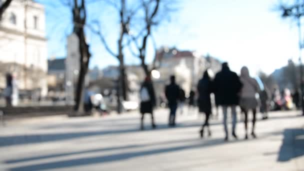 Sokakta yürürken dikkati dağılmış insanlar