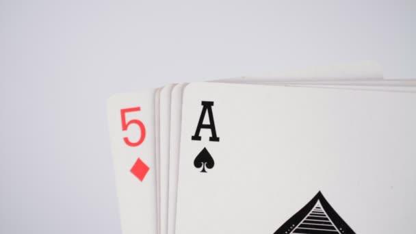 Poker ruce vyhrávat karty na bílém pozadí