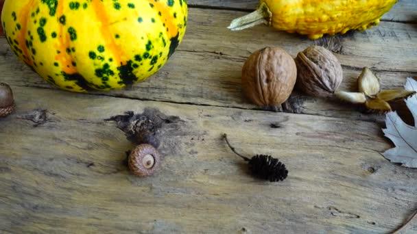 Podzimní zátiší na dřevěné vinobraní desky.