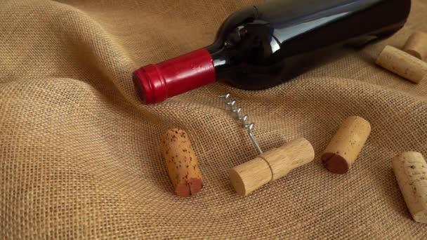 Víno v lahvích a padající zátky na sáček. Zpomalený pohyb.