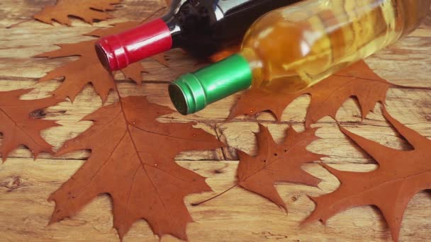 Weinflaschen auf einem alten Holzbrett und fallende Korken. Zeitlupe.