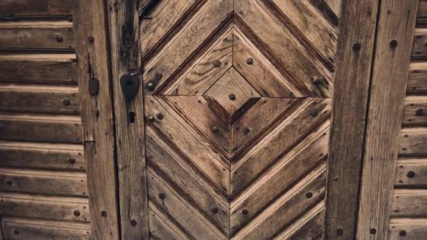 Staré staré dřevěné dveře. Ročník pozadí close-up.