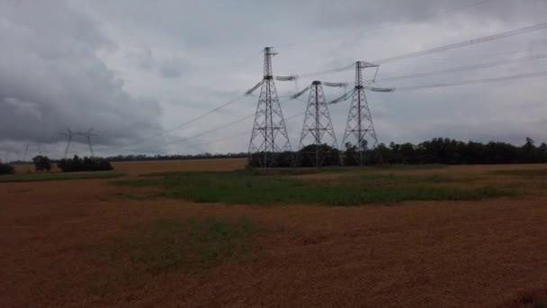 Elektrické vedení. Venkovská krajina. Zemědělská pole. Ukrajina.