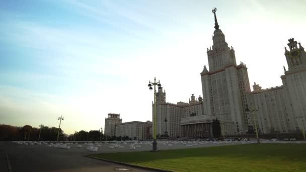 Säulen, Wappen und Fassade am Haupteingang der Staatlichen Universität Moskau