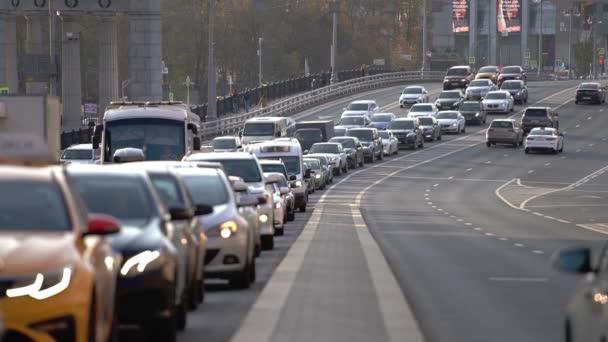 auta opouštějící most se dostanou do husté dopravní zácpy