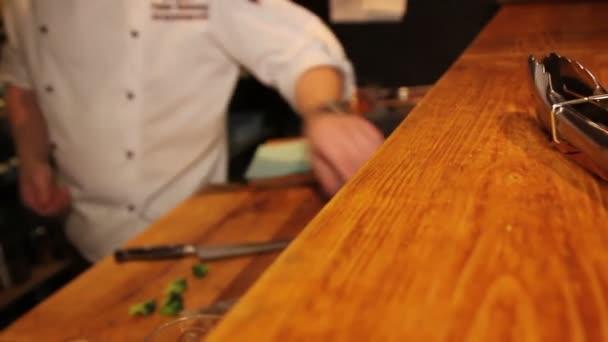 kuchyňské kleště na chef vaření pozadí