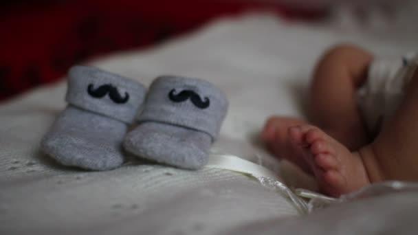 novorozené nohy poblíž botičky
