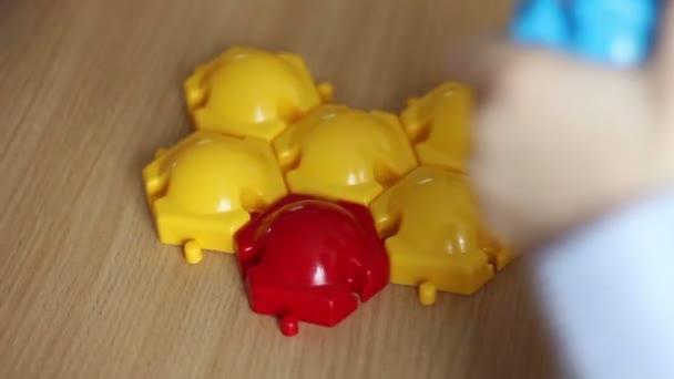 děti si hrají s barvou konstruktor