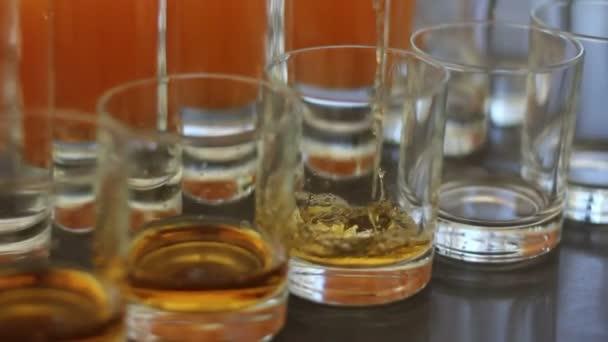 A pincér keze önti whiskey szemüveg