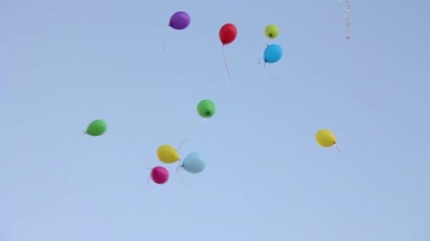 různobarevné balónky na obloze