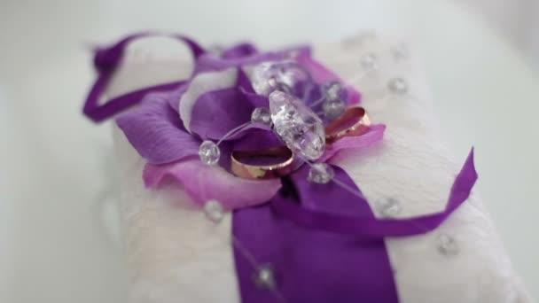snubní prsteny na polštáři
