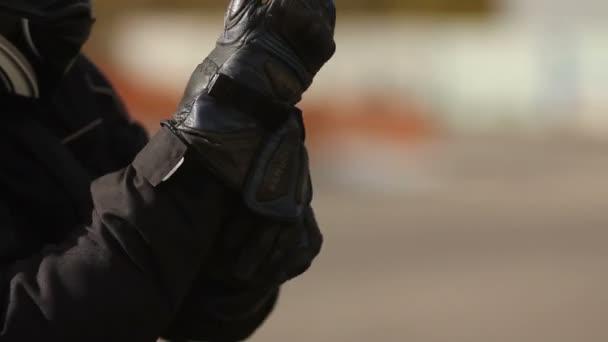 motocyklista nosí rukavice