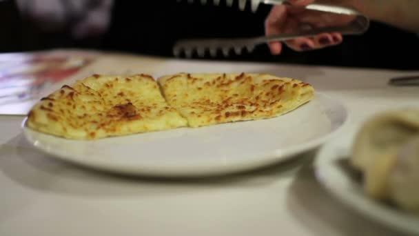 Gruzínské jídlo. Ženy se počasí od desky