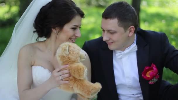 Svatební pár na piknik v parku s Medvídek