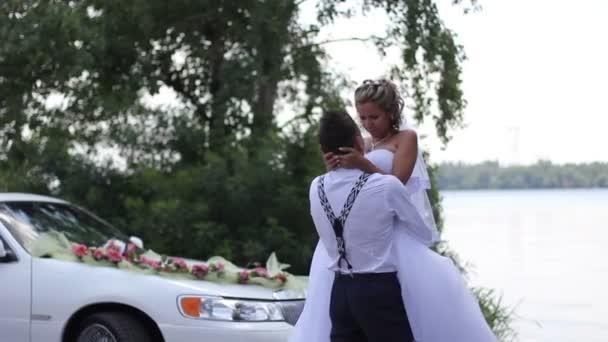 nevěsta v objetí ženicha u řeky