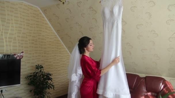 poslední inspekce svatební šaty