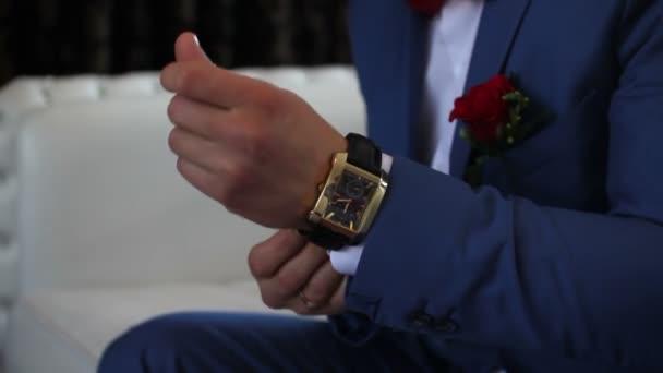 vőlegény visel néz a bal keze