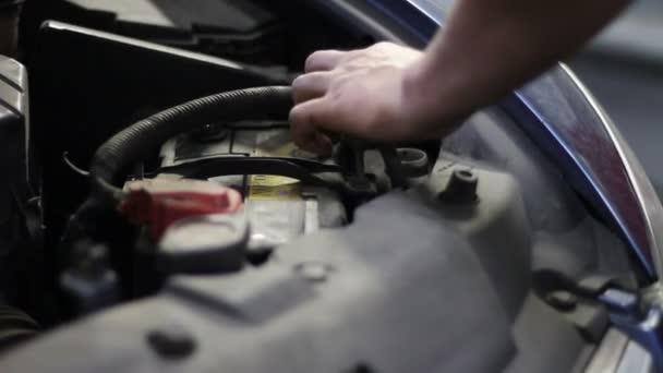 pracovník změnou nemrznoucí kapaliny v autě na čerpací stanici