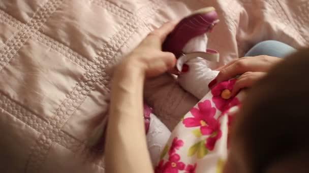 ženy nosí boty na své dítě
