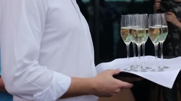 Číšník nabídnout sklenku šampaňského