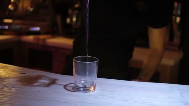 Man trinken cocktail aus sambuca