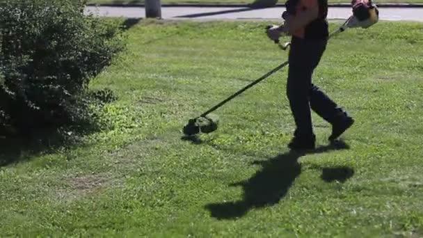 Sekačka na trávu během pracovního dne