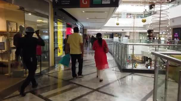 Chennai, India - február 07 2021: Emberek séta a vásárlás Chennai Phoenix Mall Market City. Bevásárlóközpont Belső kilátás Chennai Phoenix Mall.