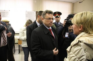Candidate for mayor of Khimki from the Pro-Kremlin ruling party Oleg Shakhov and his rival opposition leader Yevgeniya Chirikova met at the polling station on the voting day