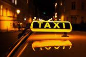 označení taxi na střeše taxi