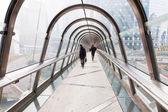 üzleti emberek gyaloglás-ra egy footbridge