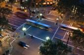 Luftaufnahme einer Allee in Barcelona, Spanien, bei Nacht