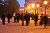 Menschen in Bewegung verschwimmen nachts in der Stadt Paris