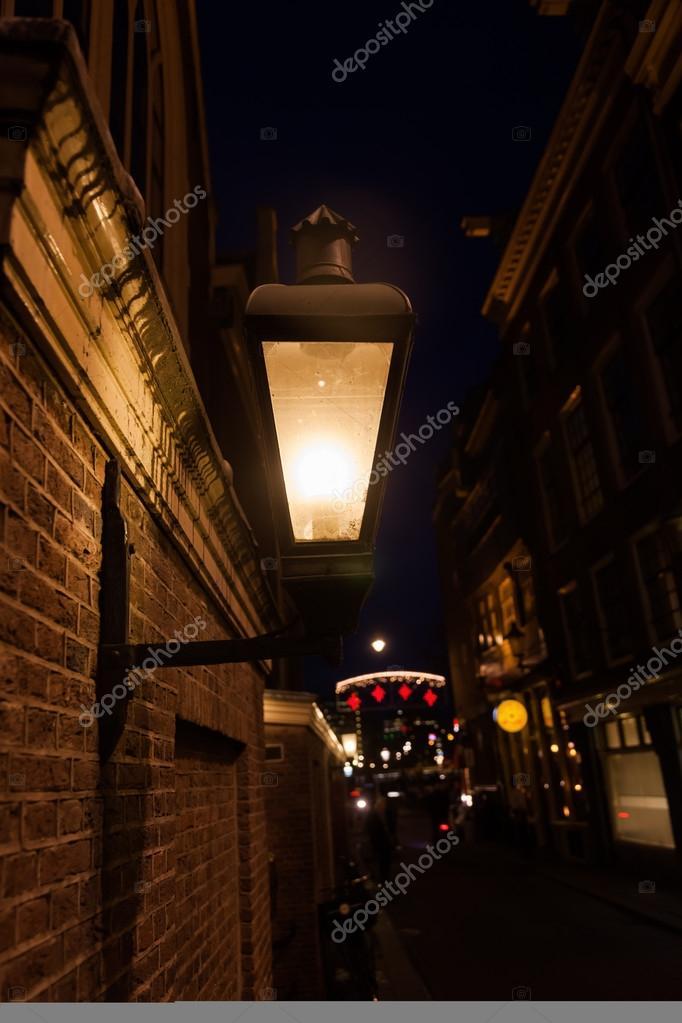 https://st2.depositphotos.com/3378121/6230/i/950/depositphotos_62300029-stockafbeelding-donker-steegje-met-straat-verlichting.jpg