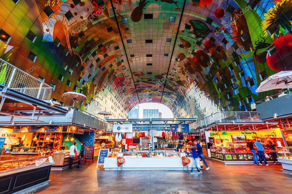 interieur van de nieuwe markthal in Rotterdam, Nederland ...