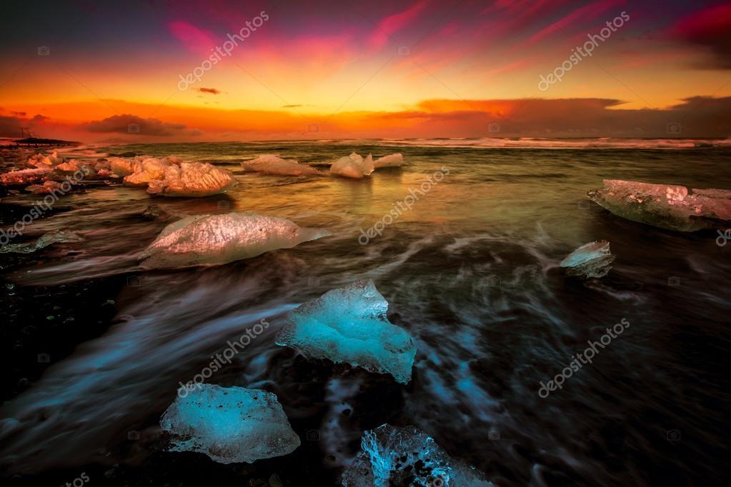 Wave movements around Ice blocks